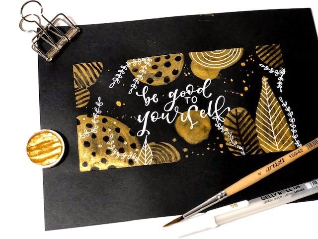 brush lettering złoty - Lettering na złotym akwarelowym tle